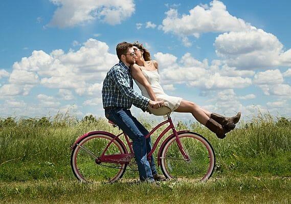Miłość niesie ze sobą ogromną moc – którą tu możemy zaprzęgnąć również do nauki języka angielskiego! Poznaj 42 mądre, smutne oraz słodkie cytaty o miłości po angielsku z polskim tłumaczeniem