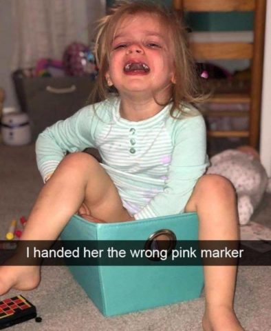 kolory, markery, pudełko , Płaczące dzieci w śmiesznych memach po angielsku