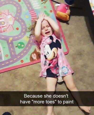 Płaczące dzieci w śmiesznych memach po angielsku, farbki