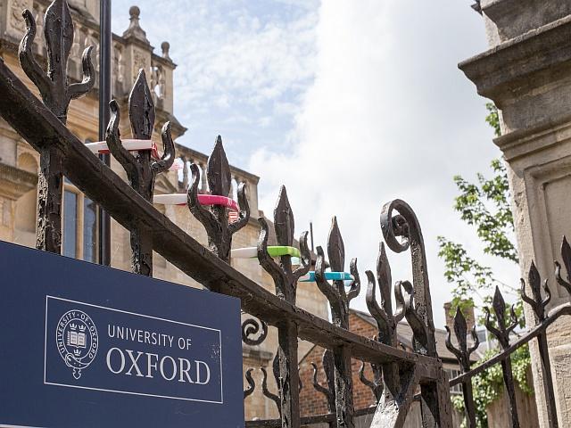 """Oxford University zakazuje """"stresujących"""" oklasków jazz hands"""